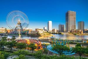 Horizonte del puerto de Yokohama con noria en Japón foto