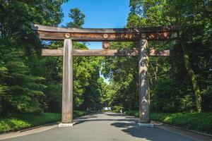 Torii que conduce al santuario Meiji en Tokio, Japón foto