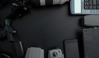 Vista superior de herramientas de fotógrafo profesional y video con accesorio de cámara sobre fondo de madera foto