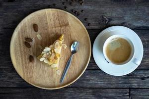 la vista superior de una taza de café con postre en una mesa de madera foto