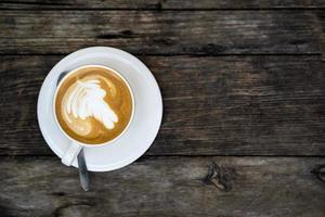 la vista superior de una taza de café en una mesa de madera foto