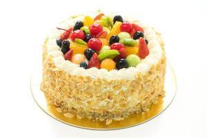 pastel de frutas sobre fondo blanco foto