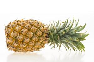 fruta de piña en blanco foto