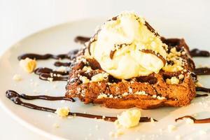 Postre dulce gofre de chocolate con helado foto
