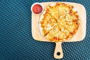 Pizza de mariscos en bandeja de madera foto