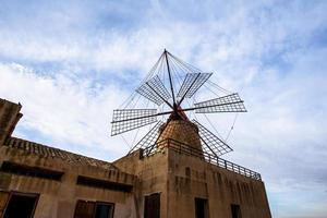 molino de viento en marsala, sicil, e italia foto