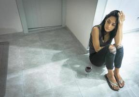 joven ama de casa triste en la cocina foto