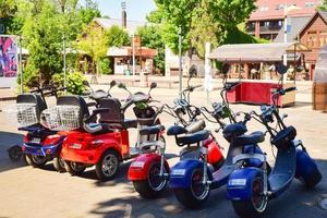 Scooters eléctricos de neumáticos gordos en Palanga, Lituania foto