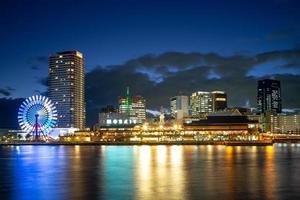 Escena nocturna del puerto de Kobe en el área de Osaka en Japón foto