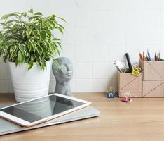 portátil con material de oficina sobre la mesa foto