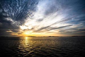 Puesta de sol sobre la laguna de Stagnone en Marsala, Sicilia, Italia foto