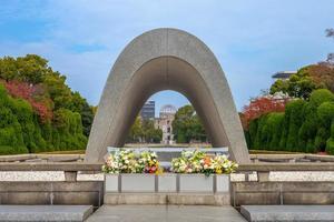 cenotafio en el parque conmemorativo de la paz de hiroshima en japón foto