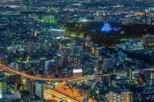 vista nocturna de nagoya con el castillo de nagoya en japón foto