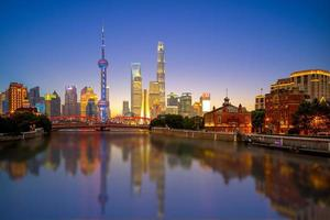 vista nocturna de pudong en shanghai, china foto