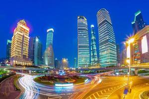 vista nocturna del distrito de lujiazui en shanghai, china foto