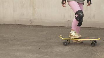 uma garotinha andando em um skate amarelo video