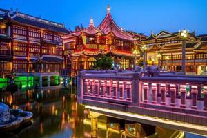 vista nocturna del jardín yu yuan en shanghai, china foto