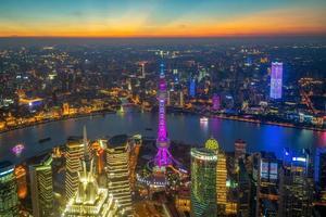 vista aérea de shanghai por la puesta de sol en china foto