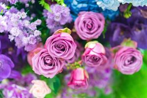 Rosas multicolores mixtas en una decoración floral, coloridas flores de boda antecedentes foto