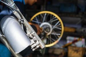 Mecánico de automóviles reparación de motocicletas en taller de reparación de bicicletas foto