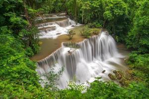 Hermosa cascada en el bosque profundo, cascada Huay Mae Kamin en la provincia de Kanchanaburi, Tailandia foto