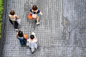vista superior de personas que viajan caminando en la ciudad foto