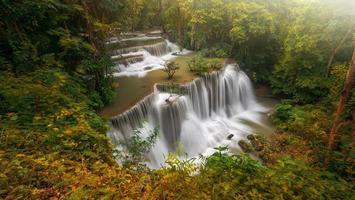 hermosa cascada en el bosque profundo foto