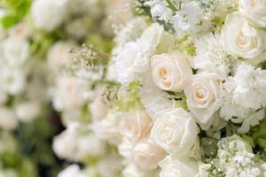 Flor de rosas blancas de boda mixta, fondo floral foto