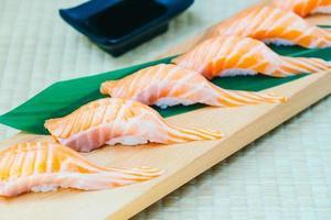crudo con salmón fresco pescado carne sushi foto