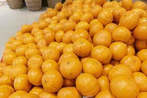 naranjas en el supermercado foto