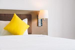 almohada de confort en la cama decoración interior foto