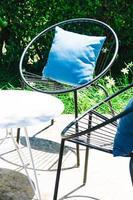 Patio con almohada en silla y juego de mesa. foto