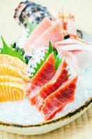 Salmón crudo y fresco, atún y otras carnes de pescado sashimi. foto