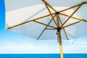 paraguas blanco con vista al mar y al mar foto