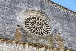 Rosetón de una iglesia en el centro de Amelia foto
