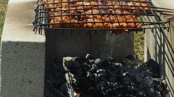 Hühnerfleisch auf Grillfeuer video