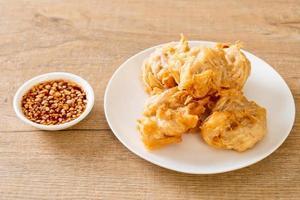 Taro frito con salsa - estilo comida vegana y vegetariana foto