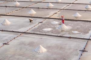 Productor de sal en las salinas de Tainan, Taiwán foto