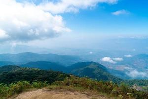 Hermosa capa de montaña con nubes y cielo azul en el sendero natural de kew mae pan en chiang mai, tailandia foto