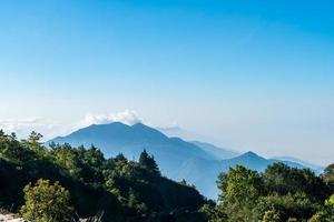 Hermosa capa de montaña con nubes y amanecer en Chiang Mai en Tailandia foto