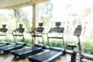 Desenfoque abstracto y equipo de fitness y gimnasio desenfocado foto