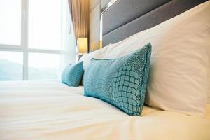 almohada blanca en la cama foto
