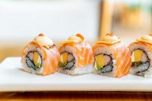 sushi roll de salmón con queso encima - estilo de comida japonesa foto