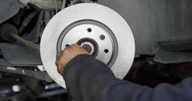 riparazione e sostituzione di tamburi e pastiglie del sistema frenante dell'auto car video