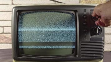 Búsqueda manual de canales de televisión analógica vintage modelo antiguo. video