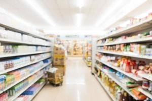 Desenfoque abstracto y interior de supermercado y tienda de conveniencia desenfocado foto