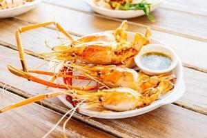langostinos a la plancha con salsa de marisco picante foto