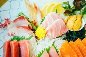 carne de pescado sashimi cruda y fresca foto