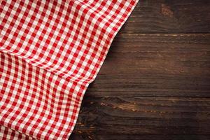 paño de cocina en la mesa de madera foto
