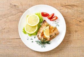 Filete de pescado pargo a la plancha con verduras foto